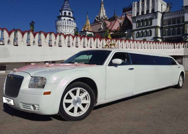 Белый лимузин Chrysler 300C